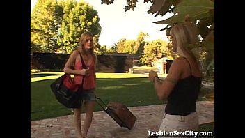 Jugendlicher Teenager im legalen Alter wird von einem lustvollen blonden Puma in Versuchung geführt