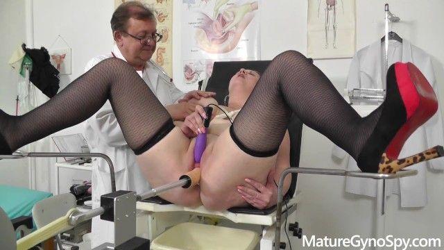 Médico voyeur filma secretamente a mamá obesa en su ginecomastia chica