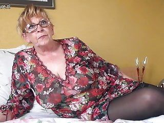 Non-professional granny with large mambos and hungry wet crack