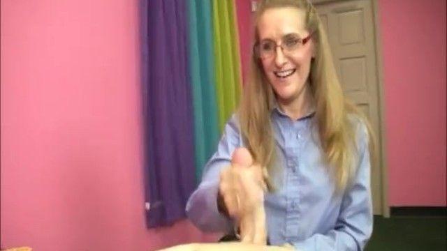Slutty Blond MILF mag dieses jugendliche 10-Pfünder