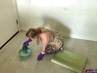 La matrigna viene trapanata mentre pulisce il tubo del pavimento