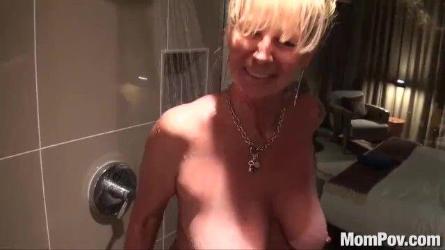 Mompov cougar dai capelli dorati al seno scopata nella doccia